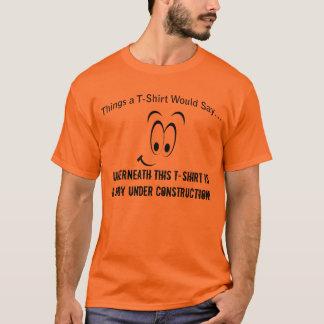 Cuerpo debajo de la camiseta de la construcción