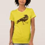 Cuervo apenado en Brown en la camisa amarilla