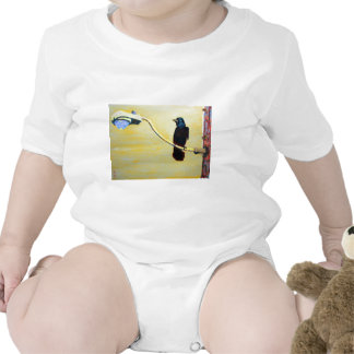 Cuervo de cacareo en un poste ligero traje de bebé