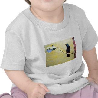 Cuervo de cacareo en un poste ligero camiseta