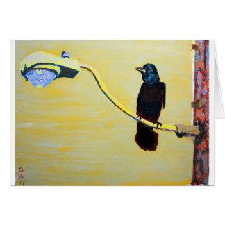 Cuervo de cacareo en un poste ligero felicitacion