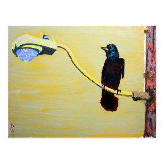 Cuervo de cacareo en un poste ligero tarjeta postal