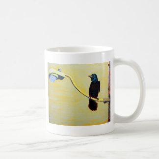 Cuervo de cacareo en un poste ligero tazas