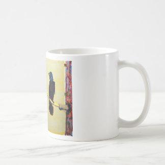 Cuervo de cacareo en un poste ligero taza