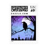 Cuervo de Halloween en árbol por el franqueo del
