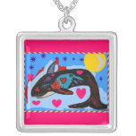 Cuervo de la orca en un collar de la tarjeta del