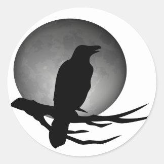 cuervo del claro de luna pegatina redonda