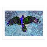 Cuervo del color en azul postal