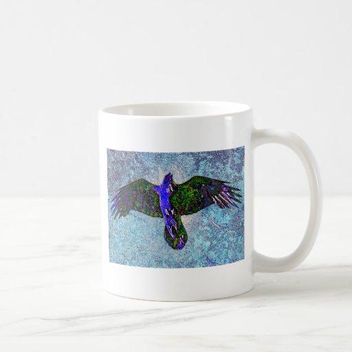 Cuervo del color en azul taza de café