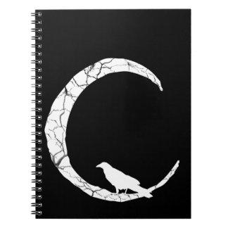 Cuervo del gótico en el cuaderno creciente de la