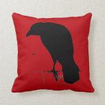 Cuervo del vintage en plantilla roja sangre almohadas