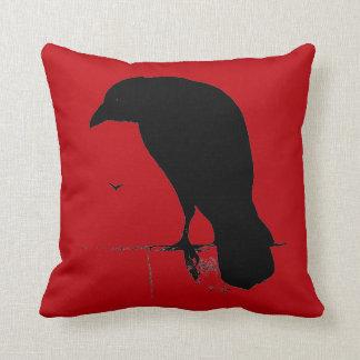 Cuervo del vintage en plantilla roja sangre cojines