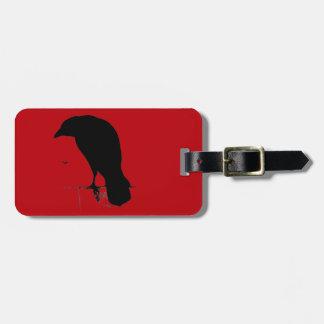 Cuervo del vintage en plantilla roja sangre etiquetas para maletas