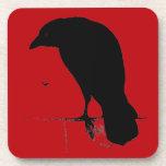 Cuervo del vintage en plantilla roja sangre posavaso