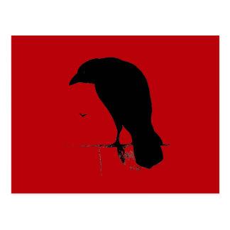 Cuervo del vintage en plantilla roja sangre postal