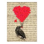 Cuervo del vintage y globos en forma de corazón postal