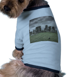 Cuervo delante de Stonehenge, Inglaterra Camiseta De Perro
