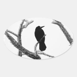 Cuervo Edgar Allan Poe del invierno de B&W Pegatina Ovalada