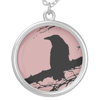 Cuervo en el árbol colgante redondo