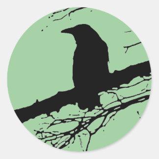 Cuervo en el árbol etiquetas redondas