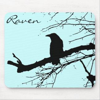 Cuervo en el árbol tapetes de ratón