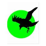 Cuervo en fondo verde del círculo postal