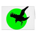 Cuervo en fondo verde del círculo tarjetón