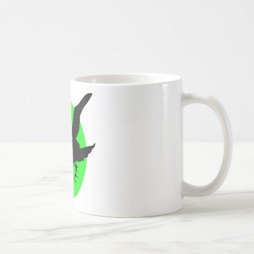 Cuervo en fondo verde del círculo tazas de café