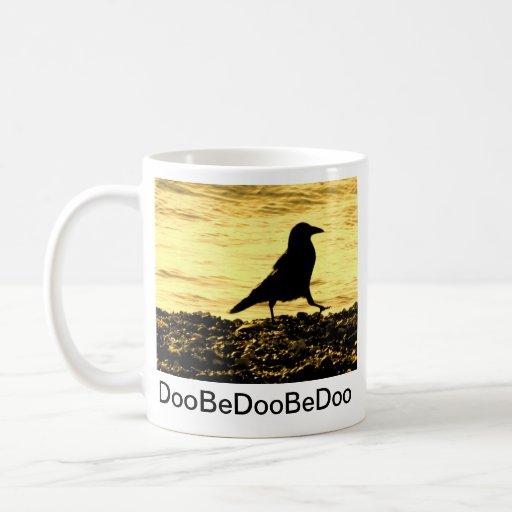 Cuervo en la playa taza