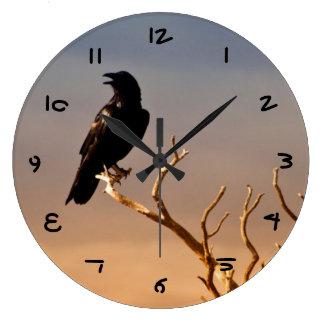 Cuervo en ramas de árbol Sunlit, Gran Cañón Reloj Redondo Grande