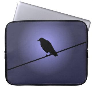 Cuervo en un alambre de teléfono mangas portátiles