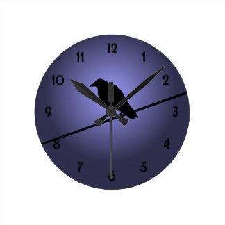 Cuervo en un alambre de teléfono reloj redondo mediano