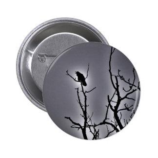 Cuervo en una noche iluminada por la luna pin redondo de 2 pulgadas