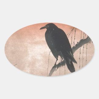 Cuervo en una rama del sauce pegatina ovalada