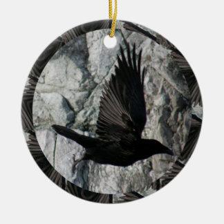 Cuervo en vuelo adorno navideño redondo de cerámica