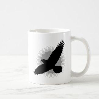 Cuervo en vuelo taza básica blanca