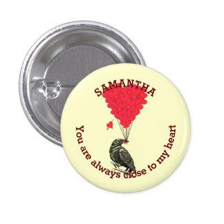Cuervo gótico romántico y corazón rojo pin redondo de 1 pulgada