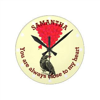 Cuervo gótico romántico y corazón rojo reloj redondo mediano