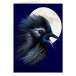 Cuervo maníaco con la tarjeta de la luna