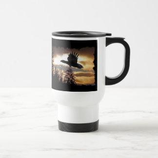 Cuervo místico que vuela en la serie de la taza