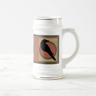 Cuervo negro en el oro y el rojo jarra de cerveza