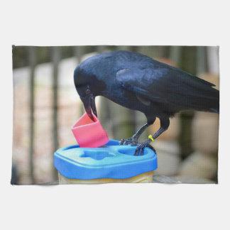 cuervo negro que pone forma en pájaro elegante del toalla de cocina