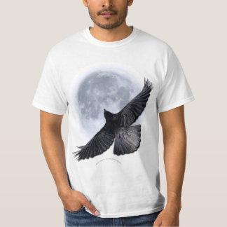 Cuervo negro que vuela que abraza la camiseta de polera