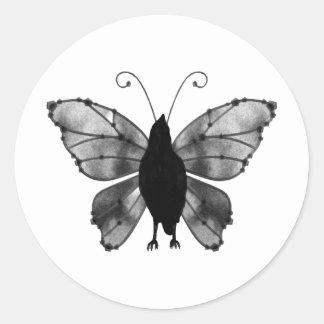 Cuervo negro y blanco de la mariposa etiquetas redondas