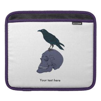 Cuervo que se coloca en un cráneo humano mangas de iPad