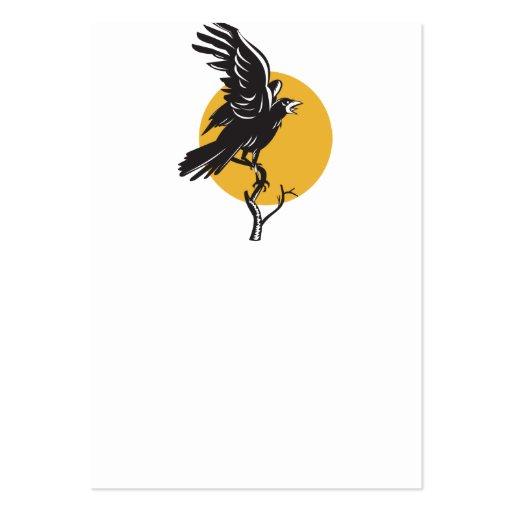 Cuervo que se encarama en la rama retra tarjetas de visita grandes