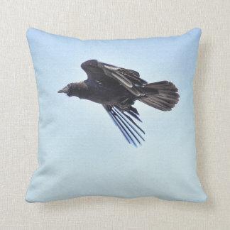 Cuervo que vuela en diseño de la foto de HDR del c