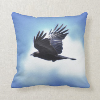 Cuervo que vuela en el diseño 2 de la foto de HDR