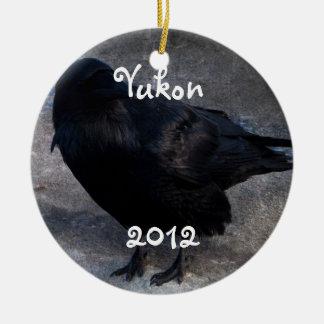 Cuervo sucio; Recuerdo del territorio del Yukón Adorno Navideño Redondo De Cerámica