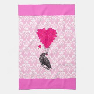 Cuervo y corazón en el damasco rosado toallas
